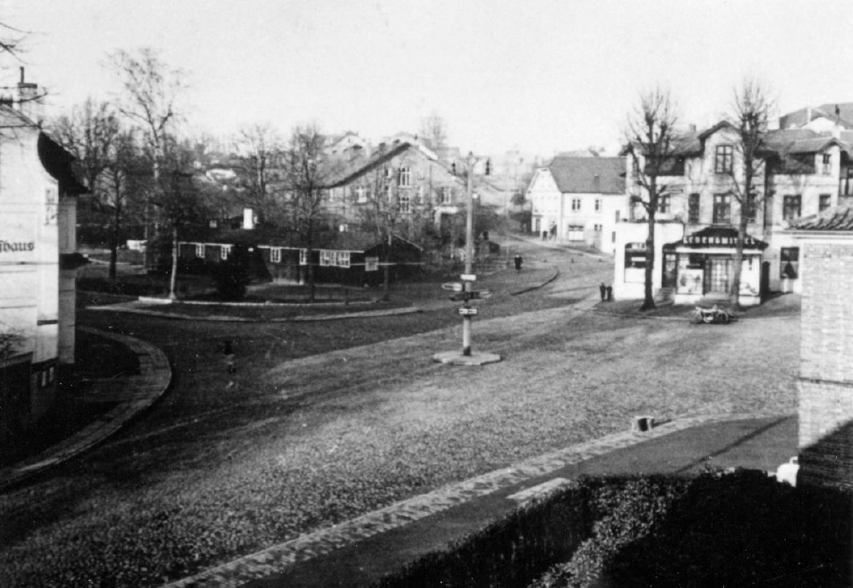 Baracke am Landhausplatz (hinter dem Pfeiler in der Bildmitte links)