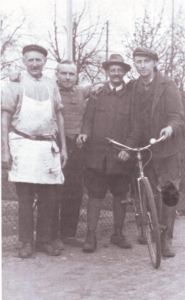 Von links nach rechts: Hartwig Harders, seine Freunde Schenkenberg und Böttcher und sein Sohn Heinrich