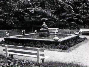 Brunnen mit Figuren von Waldtieren