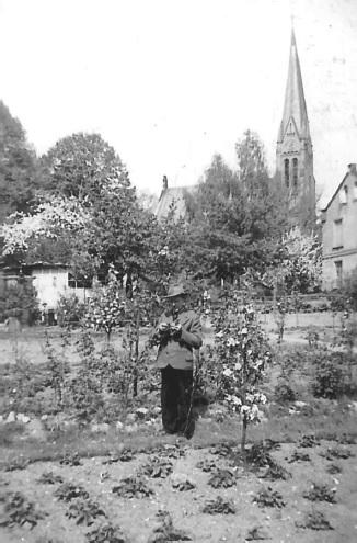 Der Garten in der Parkallee. Im Hintergrund: Die Maria-Magdalenen-Kirche.